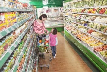 child safety tips for parents: have child hold on to shopping cart